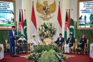 Presiden Jokowi memberikan sambutan pada Pembukaan Pertemuan Trilateral Ulama, di Istana Kepresidenan Bogor, Jabar, Jumat (11/5) pagi. (Foto: Agung/Humas)
