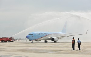 Pesawat Kepresidenan Indonesia-1 disambut dengan upacara penyiraman air (water salute) saat melakukan pendaratan perdana, di Bandara Kertajati, Majalengka, Jabar, Kamis (24/5) pagi. (Foto: JAY/Humas)
