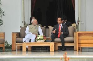 Presiden Jokowi dan PM India Narendra Modi melakukan veranda talk di halaman belakang Istana Merdeka, Jakarta, Rabu (30/5) pagi. (Foto: JAY/Humas)