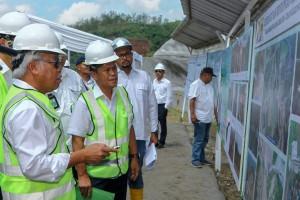 Menteri Basuki saat meninjau lokasi pembangunan Bendungan Kuningan, Kamis (24/5). (Foto: Kementerian PUPR)