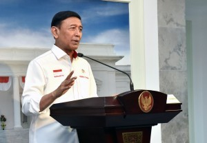 Coordinating Minister for Political, Legal, and Security Affairs Wiranto delivers Limited Cabinet Meeting's results, at the Presidential Office, Jakarta, on Tuesday (22/5). (Photo by: Jay/Public Relations)