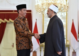 President Jokowi receives a courtesy call from Grand Sheikh of Al Azhar Prof. Dr. Ahmad Muhammad Ath-Thayeb at Merdeka Palace, Jakarta, Monday (30/4) (Photo by: Public Relations Division of Cabinet Secretariat).