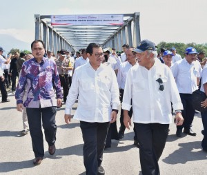 Seskab Pramono Anung dan Menteri PUPR Basuki Hadimuljono berbincang-bincang dengan latar belakang Jembatan Wijaya Kusuma yang baru saja diresmikan, di Kediri, Jawa Timur, Selasa (29/5) siang. (Foto: Humas/Anggun)