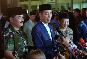 President Jokowi, accompanied by Chief of TNI and Polri, responds to the journalists after iftar at TNI's Cilangkap Headquarter, Cilangkap, Jakarta, Tuesday (5/6) afternoon (Photo: Human Relations Division/Rahmat).