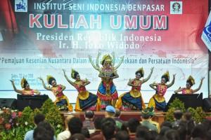 Penampilan tarian saat acara kuliah umum Presiden Jokowi dan Dies Natalis ke-15 ISI Denpasar, Minggu (23/6). (Foto: Humas/Anggun)