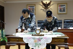 Dirjen PHU Nizar Ali dengan Dirjen Imigrasi Ronny F Sompie menandatangani kerja sama di Kantor Kementerian Agama, Jakarta, Kamis (31/5). (Foto: Humas Kemenag).