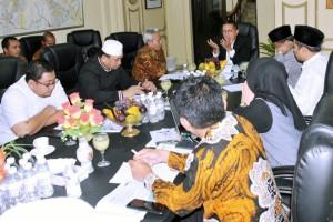 Menag saat memimpin Rapat Koordinasi Persiapan Operasional Haji di Kantor Urusan Haji (KUH) Jeddah, Kamis malam (07/06). (Foto: Kemenag)