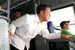 Menag saat simulasi rute layanan bus salawat di Makkah. (foto: Kemenag)