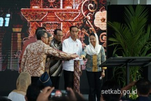 President Jokowi and a number of ministers press the siren button to mark the inauguration of Ahmad Yani International Airport Terminal, in Semarang, on Thursday (7/6) (Photo: PR/Murti)