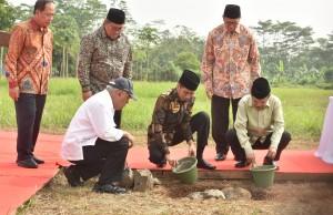 Presiden Jokowi dan Wakil Presiden Jusuf Kalla meletakkan batu pertama pembangunan kampus Universitas Islam Internasional Indonesia (UIII), di Depok, Jabar, Selasa (5/6) pagi. (Foto: JAY/Humas)