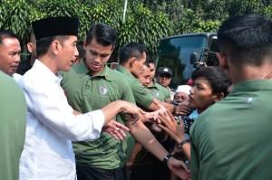 Presiden Jokowi menemui pemudik di Terminal Baranangsiang, Bogor, Jabar, Minggu (11/6) lalu. (Foto: Setpres)