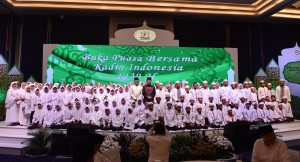 Presiden Jokowi berfoto bersama pengurus KADIN dan anak yatim, dalam buka puasa Keluarga Besar KADIN, di Hotel Rafles, Kuningan, Jakarta, Senin (4/6) sore. (Foto: OJI/Humas)