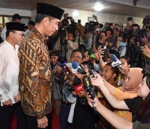 Presiden Jokowi menjawab wartawan usai menghadiri buka puasa bersama di rumah dinas Ketua MPR, Jalan Widya Chandra IV Nomor 16, Jakarta Selatan, Jumat (8/6) petang. (Foto: Setpres)