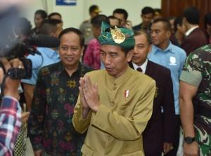 Presiden Jokowi sebelum memberikan kuliah umum di civitas akademika Institut Seni Indonesia (ISI), Denpasar, Sabtu (23/6). (Foto: Humas/Anggun).
