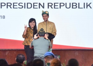 Presiden berfoto bersama peserta dalam acara sosialisasi yang digelar di Hotel Prime Plaza, Kota Denpasar, Sabtu (23/6). (Foto: Humas/Anggun)