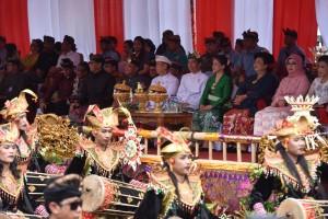 Presiden menyaksikan pawai Pesta Kesenian Bali ke-40 tahun 2018, di depan Monumen Perjuangan Rakyat Bali, Sabtu (23/6). (Foto: Humas/Anggun)