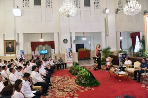 President Jokowi delivers his remarks during the meeting with artists, public figures and athletes at the State Palace, Jakarta, Tuesday (5/6). (Photo by: Oji/ Public Relations Division of Cabinet Secretariat).