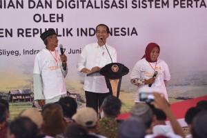 Presiden Jokowi berdialog dengan masyarakat di Desa Majasari Kec. Sliyeg Kab. Indramayu, Jabar, Kamis (7/6) pagi. (Foto: OJI/Humas)