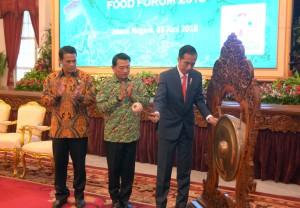 Presiden Jokowi didampingi Ketua Umum HKTI dan Menteri Pertanian memukul gong tanda pembukaan Asian Agriculture & Food Forum (ASAFF), di Istana Negara, Jakarta, Kamis (28/6) sore. (Foto: OJI/Humas)