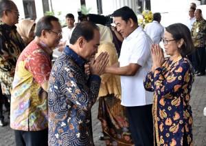 Waseskab Ratih Nurdiati menerima ucapan selamat Idulfitri 1439H pada Halalbihalal Lembaga Kepresidenan, di Lapangan Upacara Kemensetneg, Jakarta, Kamis (21/6) pagi. (Foto: Rahmat/Humas)