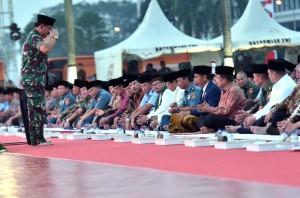 Panglima TNI Marsekal Hadi Tjahjanto memberikan hormat kepada Presiden Jokowi, dalam acara acara Buka Puasa Bersama di Mabes TNI Cilangkap, Jakarta Timur, Selasa (5/6) petang. (Foto: Rahmat/Humas)
