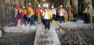 Menteri PUPR saat meninjau lokasi pembangunan underpass, Sabtu (23/6). (Foto: Kementerian PUPR)