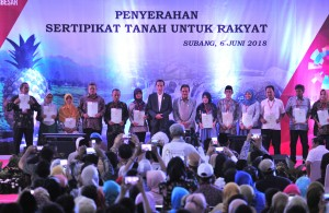 Presiden berfoto bersama usai Sertifikat Tanah untuk Rakyat di Gedung Komplek Waterboom Bintang Fantasi, Pamanukan, Kabupaten Subang, Rabu (6/6). (Foto: Humas/Jay).