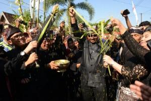 Menpar dan Bupati Banyuwangi menghadiri menghadiri Festival Barong Ider Bumi yang diselenggarakan pada di Desa Kemiren, Banyuwangi, Sabtu (16/6). (Foto: Kemenpar)