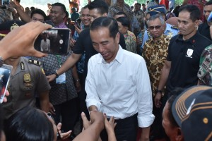 President Jokowi shake hands with fishermen at the inauguration of fisheries microfinance at Karangsong beach, Indramayu, West Java, Wednesday (6/6) (Photo by: Oji/ Public Relations Division of Cabinet Secretariat).