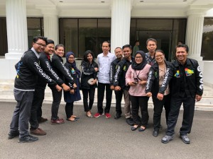 Presiden Jokowi berfoto bersama para wartawan Istana yang menggunakan jaket Asian Games 2018, di kawasan Istana Kepresidenan, Jakarta, Selasa (26/6) siang. (Foto: Setpres)