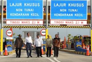 Presiden Jokowi didampingi sejumlah pejabat saat meresmikan ruas Tol Gempol – Pasuruan, di Gerbang Tol Pasuruan, Jatim, Jumat (22/6) siang. (Foto: OJI/Humas)