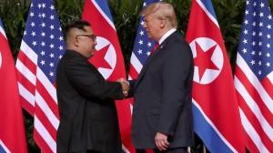 Presiden AS Donald Trump menjabat tangan pemimpin Korut Kim Jong Un, saat keduanya bertemu di Capella Hotel, Pulau Sentosa, Singapura, Selasa (12/6) siang. (Foto: IST)