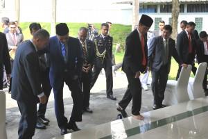 Presiden Jokowi dan PM Malaysia Mahathir Mohammad melepas sepatu masing-masing saat tiba di Masjid Jami' Baitussalam, Kawasan Istana Kepresidenan Bogor, Jawa Barat, Jumat (29/6) siang. (Foto: JAY/Humas)