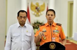 Kepala BNPP Marsdya M. Syaugi didampingi Menhub Budi K. Sumadi memberikan keterangan pers, di Istana Bogor, Jabar, Rabu (20/6) malam. (Foto: Setpres)
