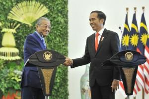 Presiden Jokowi bersalaman dengan PM Malaysia Mahathir Mohammad usai pernyataan pers bersama, di Istana Kepresidenan Bogor, Jabar, Jumat (29/6) siang. (Foto: JAY/Humas)