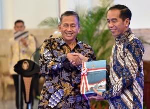 President Jokowi receives the 2017 Audit Summary, handed over by Chairman of BPK Moermahadi Soerja Djanegara, at the State Palace, Jakarta, Monday (4/6) morning. (Photo by: Public Relations Division/Rahmat)