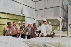 President Jokowi visits PT MBB factory, which 49% of its shares owned by farmers, in Majasari Village, Sliyeg District, Indramayu Regency, on Thursday (7/6). (Photo by: Oji / PR)