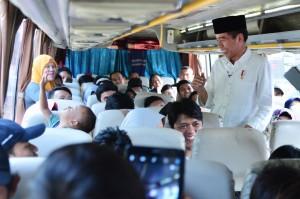 Presiden Jokowi menyapa pemudik di salah satu bus, di Terminal Baranangsiang,Bogor, Jabar, Minggu (19/6) siang. (Foto: Setpres(
