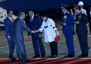 Presiden Jokowi menyambut kedatangan PM Mahatir Mohammad di Bandara Halim Perdanakusuma, Jakarta, Kamis (28/6) petang. (Foto: Humas/Rahmat)