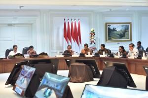 Presiden Jokowi memimpin Ratas tentang Persiapan Pertemuan Tahunan Internasional Monetary Fund (MF) - World Bank Tahun 2018, di Kantor Presiden, Jakarta, Selasa (26/6) sore. (Foto: JAY/Humas)