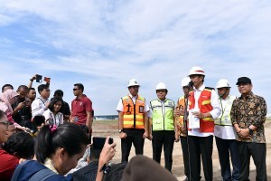 President Jokowi answers the press' questions after inspects the construction of Runway 3, at Soekarno Hatta Airport, Cengkareng, Tangerang, Banten, on Thursday (21/6). (Photo by: Agung/Public Relations).