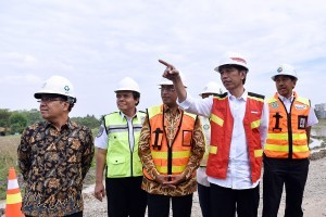 President Jokowi accompanied by Minister of State Secretary and Minister of Transportation reviews the construction of Runway 3 of Soekarno Hatta Airport, Cengkareng, Tangerang, Banten, on Thursday (21/6). (Photo by: Agung/Public Relations Division)