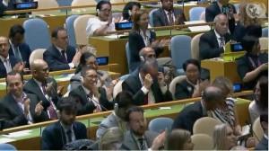 Delegasi Indonesia yang dipimpin Menlu Retno Marsudi menyambut applaus yang diberikan peserta Sidang Majelis Umum PBB saat diumumkan terpilihnya Indonesia, sebagai anggota DK PBB, Jumat (8/6) malam WIB. (Foto: IST