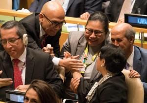 Delegasi Indonesia yang dipimpin Menlu Retno Marsudi saling bersalaman usai resmi terpilih sebagai anggota tidak tetap DK PBB 2019-2020, dalam sidang Majelis Umum PBB, di New York, AS, Jumat (8/6) malam WIB. (Foto: IST)