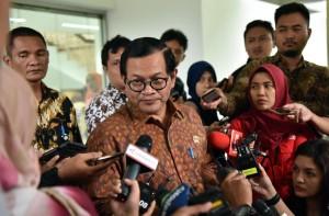 Seskab Pramono Anung menjawab wartawan usai rapat terbatas, di Kantor Presiden, Jakarta, Selasa (26/6) sore. (Foto: JAY/Humas)
