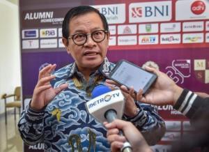 Seskab Pramono Anung menjawab wartawan usai pembicara kunci dalam Leadership Talk, MM FEB UGM, Yogyakarta, Sabtu (30/6) pagi. (Foto: Agung/Humas)