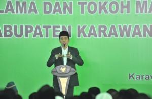 Presiden Jokowi memberiksan sambutan pada Silaturahmi dengan Alim Ulama dan Tokoh Masyarakat, di Pondok Pesantren Asshiddiqiyah, Kabupaten Karawang, Jawa Barat, Rabu (6/6) siang. (Foto: JAY/Humas)