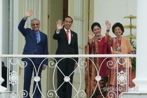 Presiden Jokowi dan PM Mahathir Mohammad bersama Ibu Negara Iriana Joko Widodo dan Dr. Siti Hasmah Mohd Ali melambaikan tangan saat berada di Istana Kepresidenan Bogor, Jabar, Jumat (29/6) pagi. (Foto: Dinda Moethi/Huamas)