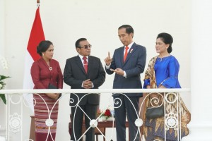 President Jokowi, accompanied by First Lady Ibu Iriana, talks toTimor Leste President Francisco Guterres Lú Olo and First Lady Cidália Lopes Nobre Mouzinho at Bogor Presidential Palace, Thursday (28/6). (Photo by: Dindha/ Public Relations Divisions of Cabinet Secretariat).