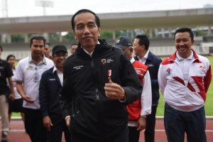 Presiden Jokowi didampingi sejumlah pejabat meninjau kesiapan Gelora Bung Karno, di Senayan, Jakarta, Senin (25/6) sore. (Foto: OJI/Humas)
